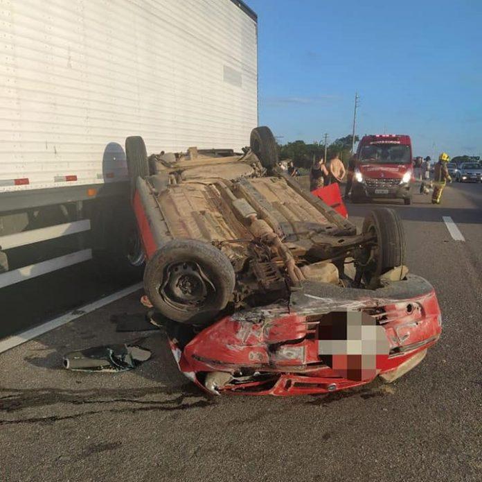 #Pracegover Na foto, um carro capotado na rodovia após colidir em um caminhão