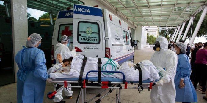 #Pracegover Foto: na imagem ha maca, pessoas e ambulância