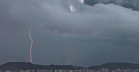 #Pracegover Na foto, a imagem de nuvens carregadas, muita chuva e raio