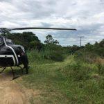#Pracegover Foto: na imagem há um homem,um helicóptero e mata