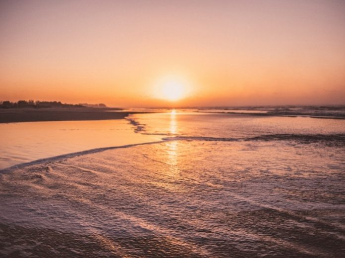 #Pracegover Na foto, o nascer do sol na praia
