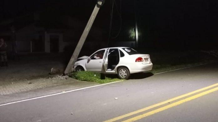 #Pracegover Na foto aparece um veículo danificado após colidir em um poste