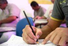 #Pracegover Foto: na imagem há pessoas, cadeiras, lápis e folhas