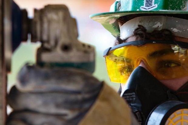 #Pracegover Foto: na imagem há um homem de óculos e trabalhando