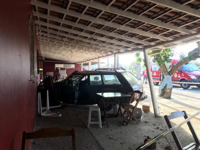 #Pracegover Foto: na imagem há cadeiras, carro e uma construção