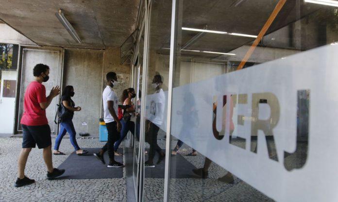 #Pracegover Foto: na imagem há estudantes entrando em um prédio