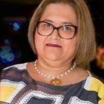 #Pracegover Foto: na imagem há uma mulher de óculos e com colar