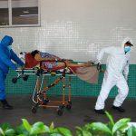 #Pracegover Na foto, a imagem da um paciente sendo levado em uma maca