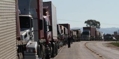 #Pracegover Foto: na imagem há vários caminhões parados em uma rodovia