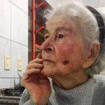 #Pracegover Foto: na imagem há uma idosa com a mão no rosto