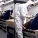#Pracegover Foto: na imagem há um homem alimentando um idoso que está deitado