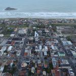 #Pracegover Foto: na imagem há casas, prédios, ruas e mar