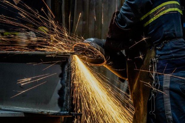 #Pracegover Foto: na imagem há uma pessoa trabalhando na area industrial