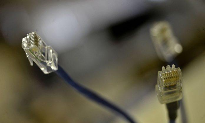 #Pracegover Foto: na imagem há fios de internet