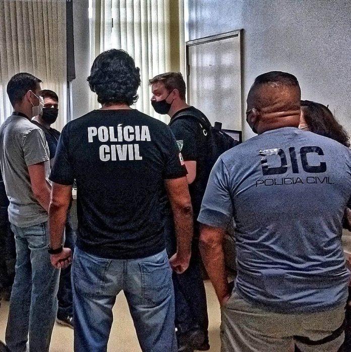 #Pracegover Na foto, policiais civis na delegacia durante investigação