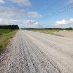 #Pracegover Foto: na imagem há estrada, terrenos e mato
