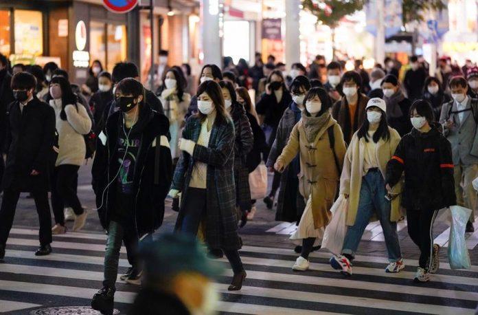#Pracegover Na foto, japoneses caminhando nas ruas