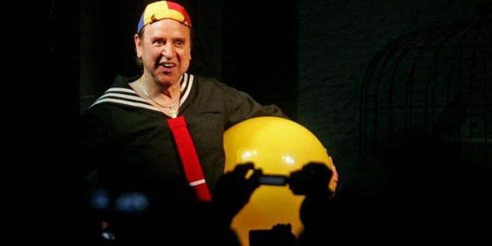 #Pracegover Foto: na imagem há um homem com uma bola