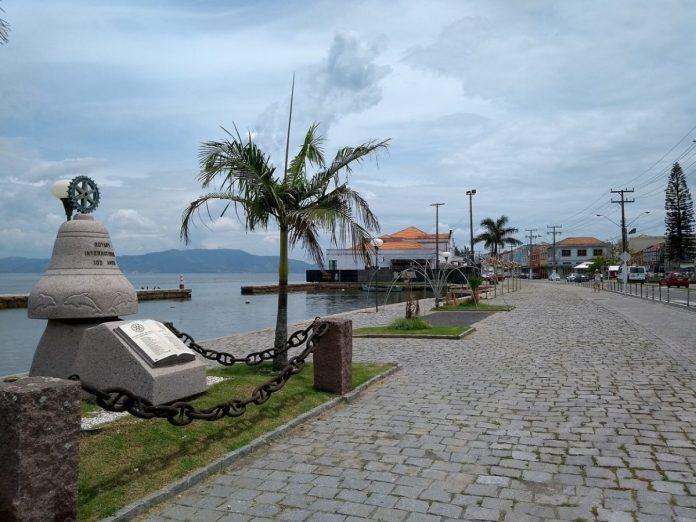 #Pracegover Foto:na imagem há uma lagoa, monumento, uma avenida, palmeira
