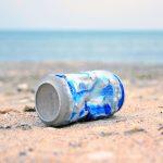 #Pracegover Foto: na imagem há uma lata e também o mar