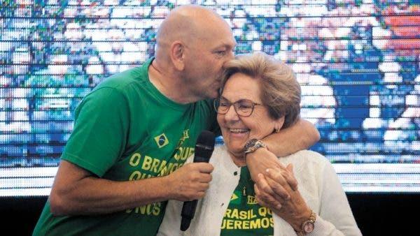 #Pracegover Na foto, Luciano Hang abraça a mãe Regina e beija seu cabelo