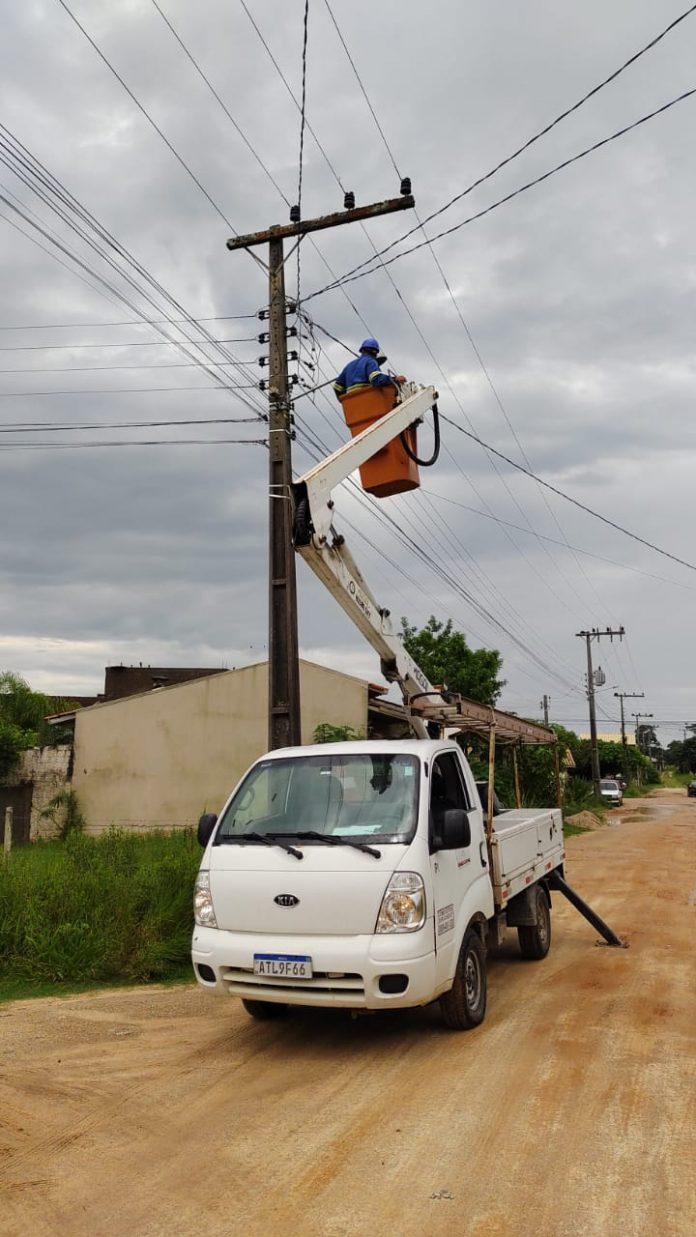 #Pracegover Foto: na imagem há a realização de trabalhos de iluminação pública