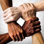 #Pracegover Foto: na imagem há braços e mãos