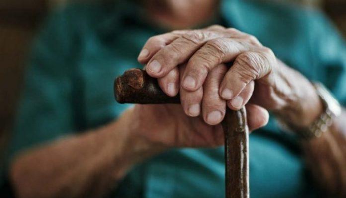 #Pracegover Foto: na imagem há um idoso segurando uma bengala