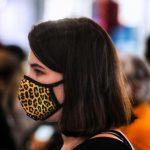 #Pracegover Foto: na imagem há uma mulher de máscara