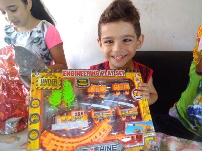 #Pracegover Foto: na imagem há duas crianças e brinquedos