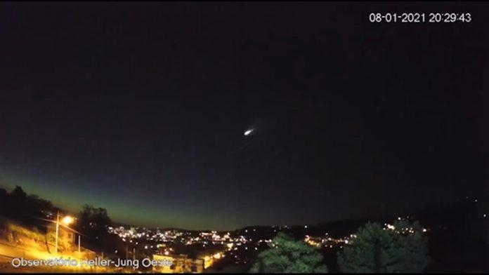 #Pracegover Na foto, o registro da passagem do meteoro sobre SC e RS