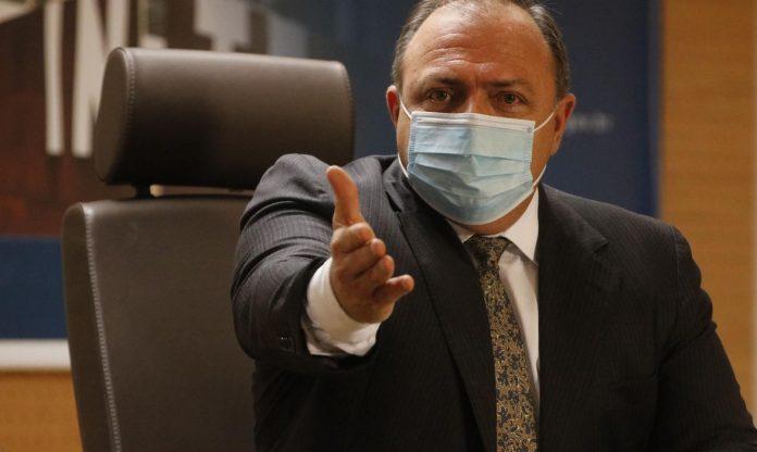 #Pracegover Foto: na imagem há um homem de máscara e terno
