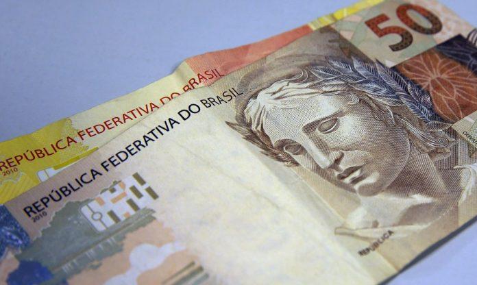 #Pracegover Foto: na imagem há cédulas de R$20 E 50