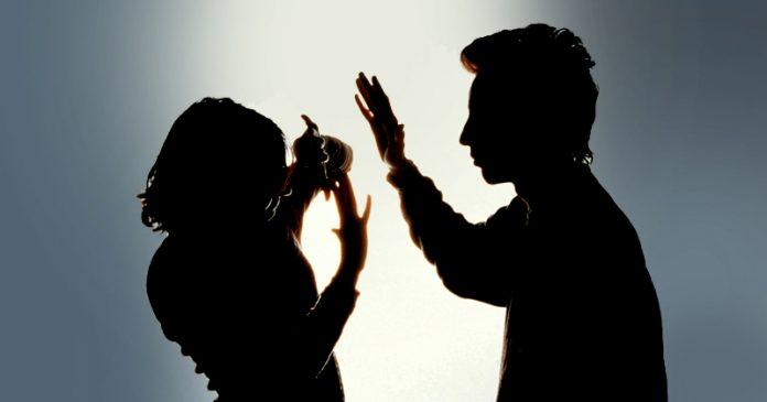 #Pracegover Na foto, a silhueta de um homem agredindo uma mulher