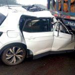 #Pracegover Na foto, aparece um carro com a frente destruída após bater na traseira de um caminhão