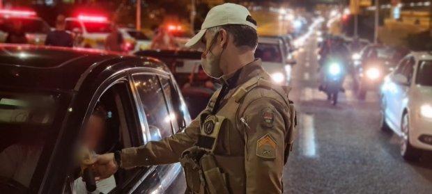 #Pracegover Foto: na imagem há um policial e vários carros