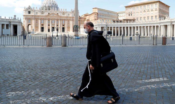 #Pracegover Foto: na imagem há um homem de roupa preta com uma bolsa caminhando