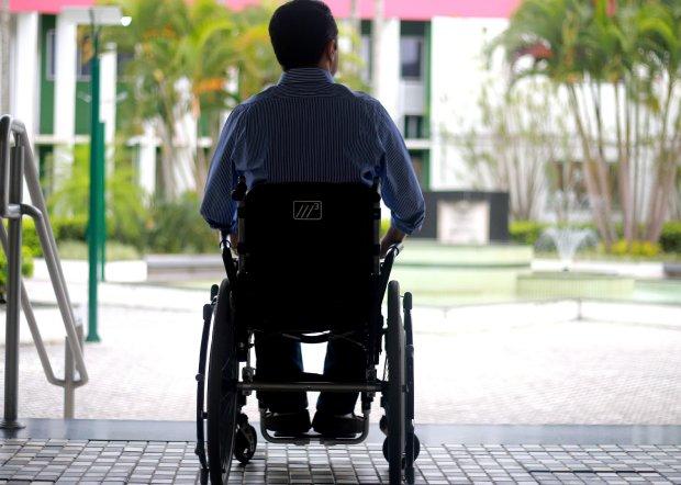 #Pracegover Foto: na imagem há um homem em uma cadeira de rodas