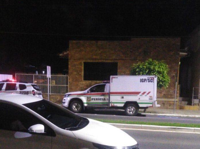 #Pracegover Foto: na imagem há uma viatura da PM, um carro do IML/IGP, um veículo, uma avenida e uma casa
