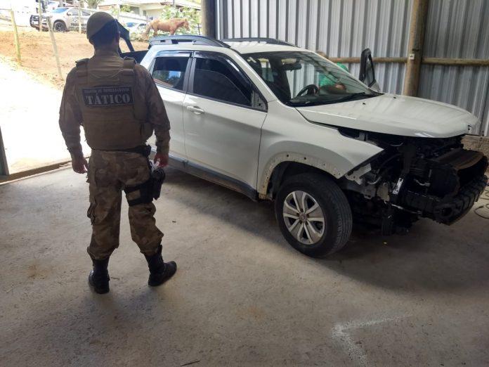 #Pracegver Foto: na imagem há um policial e um carro branco
