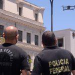 #Praegover Foto: na imagem há dois homens, dois edifícios e um drone