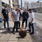 #Pracegover Na foto, equipe técnica faz vistoria em rede de esgoto