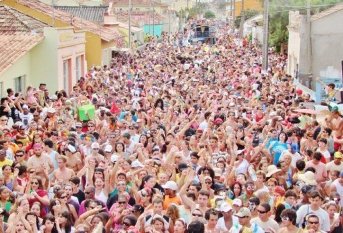 #Pracegover Na foto, a imagem da multidão no tradicional Bloco da Pracinha