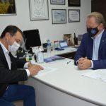 #Pracegover Na foto, Governador Moisés e Prefeito Joares assinam documento de doação do terreno