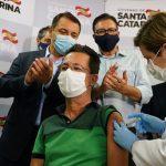 Na foto, o enfermeiro catarinense Júlio César recebendo a vacina contra Covid-19