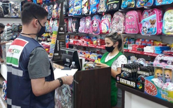 #Pracegover Foto: na imagem há duas pessoas, uma mulher e um homem em uma loja