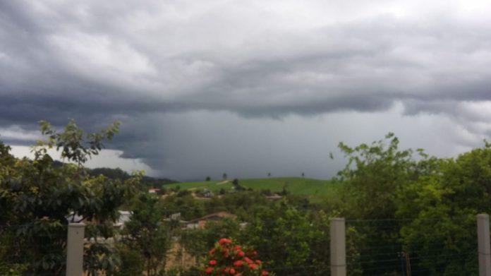 #Pracegover Na foto, a imagem de nuvens carregadas e muita chuva