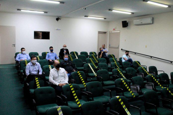 #Pracegover Foto: na imagem há bancos e diversas pessoas