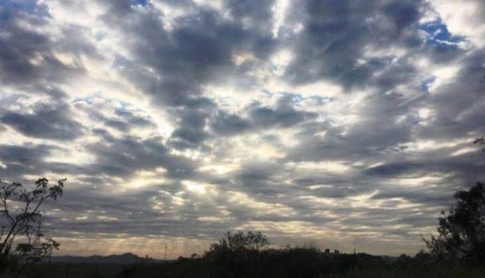 #Pracegover Na foto, a imagem do céu parcialmente coberto de nuvens e a presença do sol