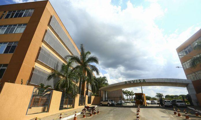 #Pracegover Foto: na imagem há um prédio, cones, veículos e uma portaria